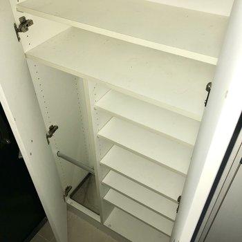 シューズボックスは大容量。余ったスペースには、もしもの時の防災グッズを。※写真は通電前のものです
