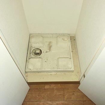 キッチン左横の扉を開けると洗濯機置き場がありましたよ。※写真はクリーニング前のものです