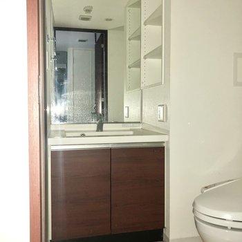 鏡面積大きめな洗面台ですよ。※写真は通電前のものです