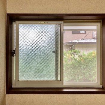 ロフトの窓の外は自然が見えますよ