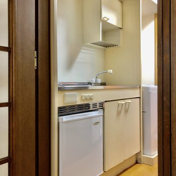 キッチンの下に小さな冷蔵庫が置けます