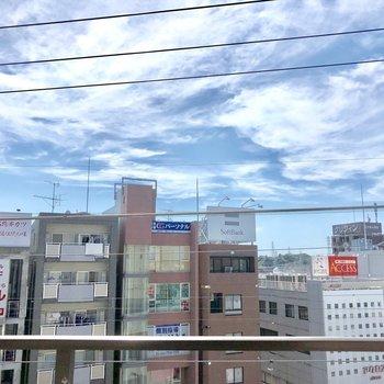 線路を挟んでビルと空