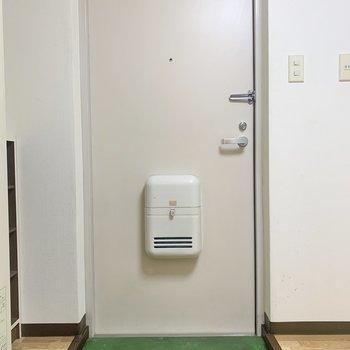 玄関はスペース狭め