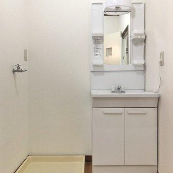 脱衣所には洗濯機置き場あります。