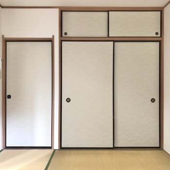 【和室】左のドアからDKに出られます。右のドアは襖は....