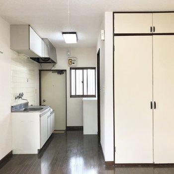 キッチン周りを見ていきましょう。
