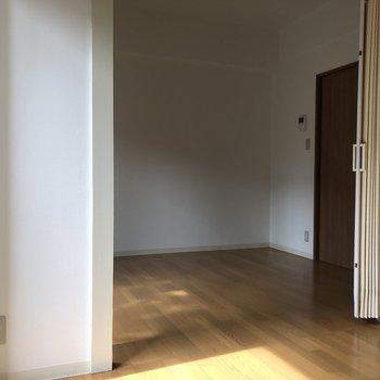 洋室は備え付けのパーテーションで仕切ることもできます。※写真は通電前のものです