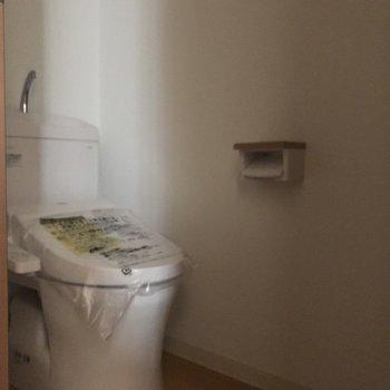 ウォシュレット付きのトイレ。※写真は通電前のものです