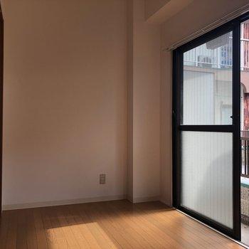 窓際を縁側的に使えます。休日には開けっ放しにしたくなる。※写真は通電前のものです