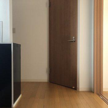キッチンは玄関入ってすぐの場所です。※写真は通電前のものです