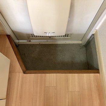 玄関は1段下がったところに。座りながら靴が脱げますね