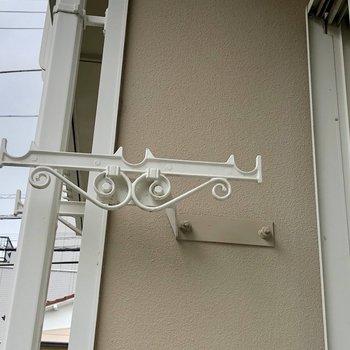 窓の外には洋風デザインの物干し竿掛けがあります