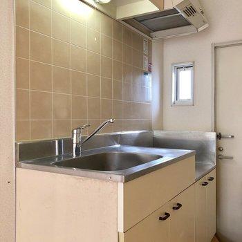 キッチンの横には小窓があるので換気もできますね