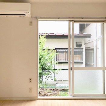 窓の外にはスライド式のシャッターがあるので寝るときには閉めるのがオススメ