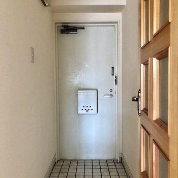 玄関はコンパクト!靴箱はありません。※写真は前回募集時ものです