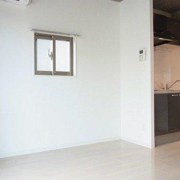 洋室には小窓がついていました。※写真は1階の同間取り別部屋のものです