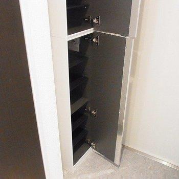 玄関にはシューズ収納が。※写真は1階の同間取り別部屋のものです