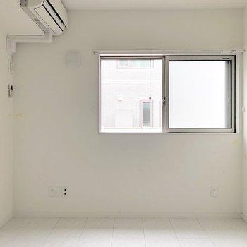 【ベッドルーム】窓の下にベットを置いてもいいなあ※写真は1階の同間取り別部屋のものです