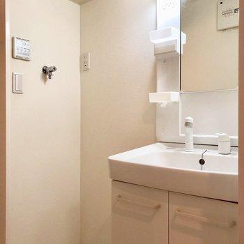 洗面台と洗濯機置き場が並んでいます。上部収納付きは嬉しいですね※写真は1階の同間取り別部屋のものです