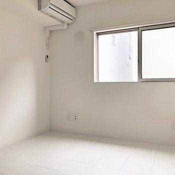 【ベッドルーム】いやいや、やっぱり左の壁沿いに置こうかなあ※写真は1階の同間取り別部屋のものです