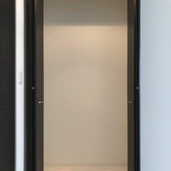 【LDK】大容量の収納です!※写真は1階の同間取り別部屋のものです