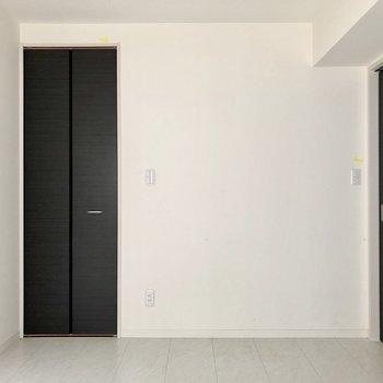 【ベッドルーム】細長い収納かと思いきや※写真は1階の同間取り別部屋のものです
