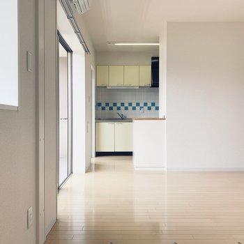 優しい色味に、キッチンタイルの水色がゆるカワです。※写真は1階の同間取り別部屋のものです