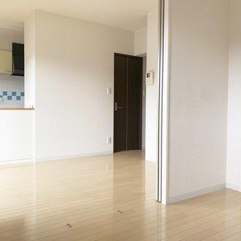【洋室4.0帖】扉をあけて1LDKとしての利用でも良さそうです。※写真は1階の同間取り別部屋のものです