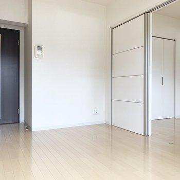 【DK】白い床がさらに空間を広くみせてくれている印象でした。※写真は1階の同間取り別部屋のものです