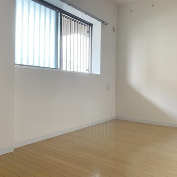 【洋室6.0帖】こちらは、玄関入ってすぐのお部屋。※写真は1階の同間取り別部屋のものです