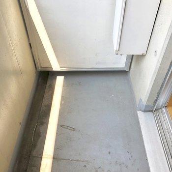 バルコニーはちょっぴりコンパクト。洗濯物干しを持ち込みましょう。※写真は3階の同間取り別部屋のものです