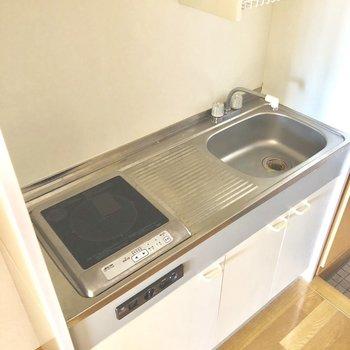キッチンは1口IH。作業スペースもちゃんとありますね。※写真は3階の同間取り別部屋のものです