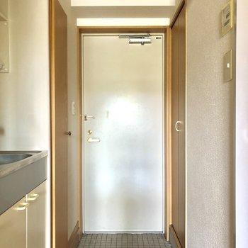 白のドアとタイルが可愛い玄関!※写真は3階の同間取り別部屋のものです