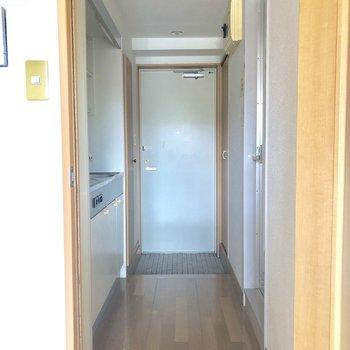 キッチンと居室はドアで仕切られます。※写真は3階の同間取り別部屋のものです