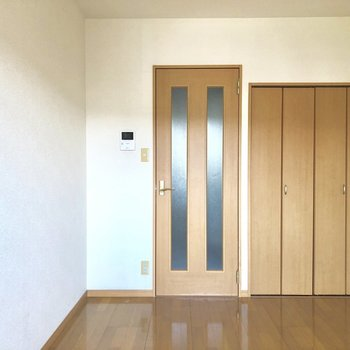 木目調の内装。落ち着いた空間です。※写真は3階の同間取り別部屋のものです