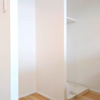 振り返ると冷蔵庫置き場と洗濯機置き場。