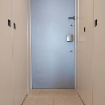 玄関はややコンパクトですが、