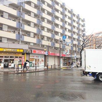 駅周辺にはごはん屋さんやコンビニ、スーパーが。
