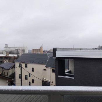 眺望は高い建物も無く空が一面に広がっています。