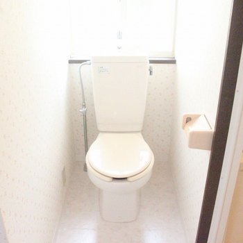 トイレは明るく、広さにも余裕があります