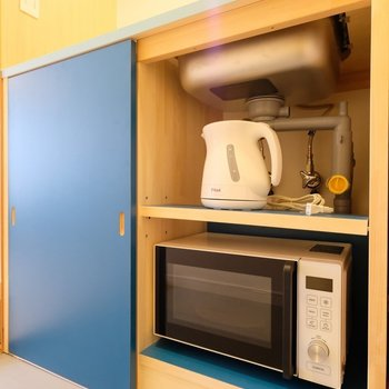 kettle and microwave oven
