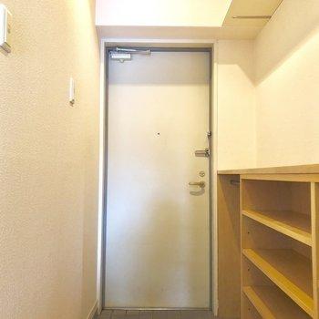 玄関はスッキリしてます!(※写真は3階似た間取り角部屋のものです)