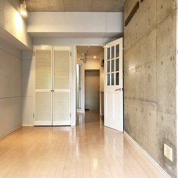 扉は白でいいアクセントに◎(※写真は3階似た間取り角部屋のものです)