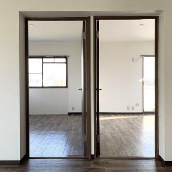 キッチン横の2つのドアがそれぞれ洋室に繋がっています。(※写真は同間取り3階のお部屋です)