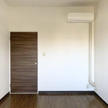【洋6L】シンプルな6帖の洋室です。エアコンも付いています。