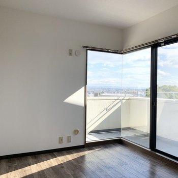 【洋6R】こちらの窓からの景色が、気持ちいい!見晴らしの良い部分が切り取られるように窓が配置されています。(※写真は同間取り3階のお部屋です)