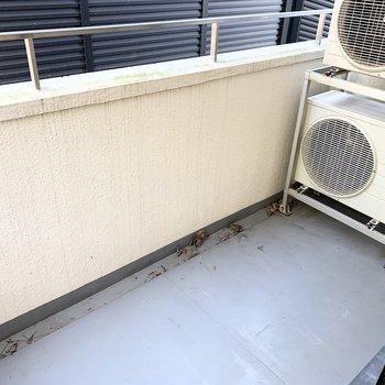 LDKの掃き出し窓の外にもベランダが付いています。