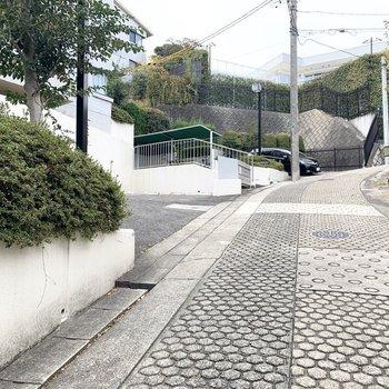 前面道路は滑り止め加工の付いた急勾配。