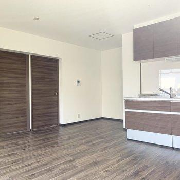床と建具の落ち着いた色味の木調が素敵。(※写真は同間取り3階のお部屋です)