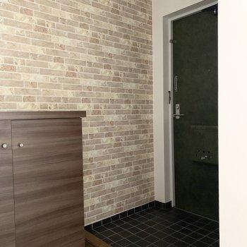 ドアの緑色と床のタイルと木調が素敵にマッチ。